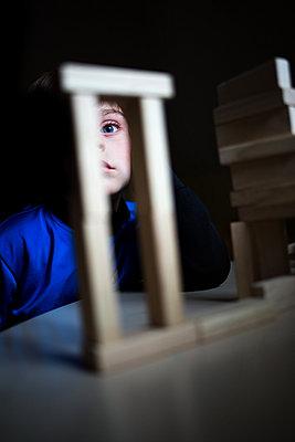 Kind hinter Bauklötzen - p1308m2247452 von felice douglas