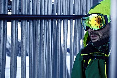 Freeskier vor einem Skilift, Chandolin, Kanton Wallis, Schweiz - p1316m1160815 von Christoph Jorda
