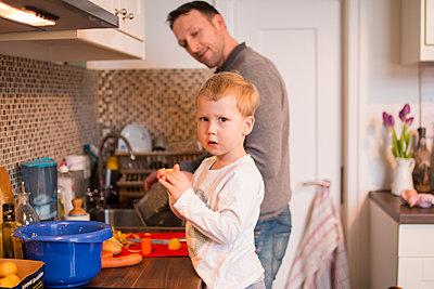 In der Küche helfen - p796m1208222 von Andrea Gottowik
