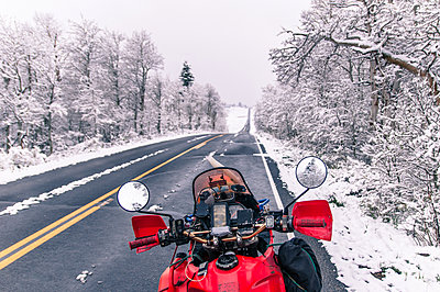 Touring motorcycle parked on roadside in winter, Placerville, California, USA - p924m2022907 by Alex Eggermont