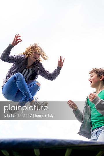 Trampolin - p1212m1441117 von harry + lidy