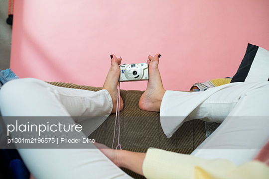 Woman takes a selfie with her feet - p1301m2196575 by Delia Baum