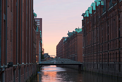 Germany, Hamburg, old warehouse district, canal at sunset - p300m1166202 by Christina Falkenberg