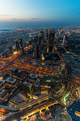 UAE, Dubai, Down Town Dubai and Sheikh Zayed Road at dusk - p300m2070790 by Michael Runkel