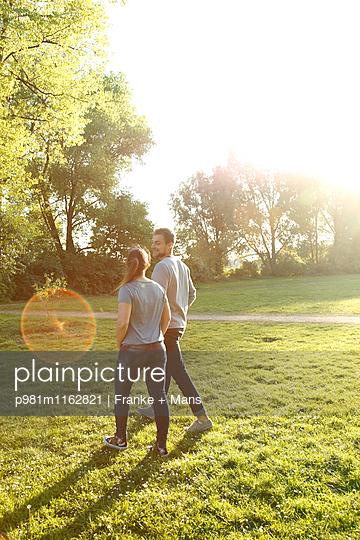 Spaziergang im Park - p981m1162821 von Franke + Mans