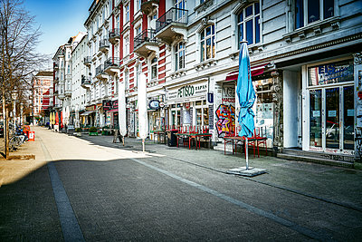 Closed shops, Schanzenviertel, Hamburg, shutdown due to Covid-19 - p1276m2178402 by LIQUID