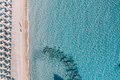 Many parasols on the beach, Zakynthos, drone photography - p713m2289235 by Florian Kresse