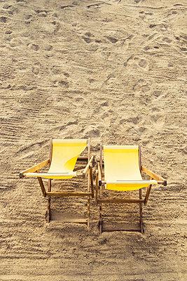 Zwei gelbe Liegestühle am Strand - p1302m1502565 von Richard Nixon