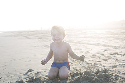 Kid laughing at the beach - p1308m2126693 by felice douglas