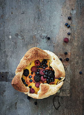 Cheese cake with berries - p922m2071505 by Juliette Chretien
