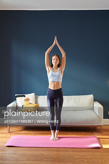 Junge Frau macht Yoga - p1124m1589387 von Willing-Holtz
