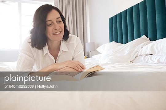 Frau zuhause - p1640m2292889 von Holly&John