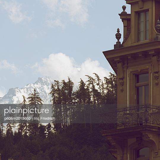 Wohnen mit Bergblick - p606m2015660 von Iris Friedrich