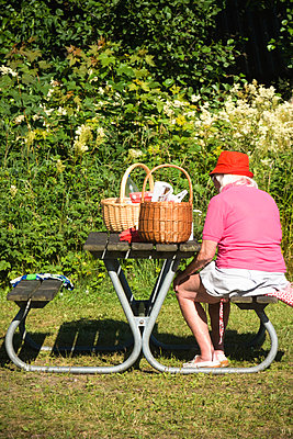 Elderly woman on picnic - p1418m2002044 by Jan Håkan Dahlström