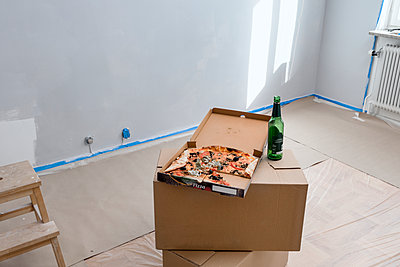 Beer bottle and pizza on top of cardboard boxes - p312m2217253 by Plattform