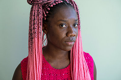 Young african woman with dreadlocks - p427m2089607 by Ralf Mohr