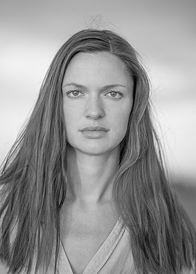 Young woman with long hair, portrait - p552m2278511 by Leander Hopf