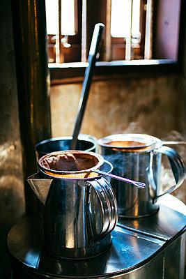Traditionelle Kaffeezubereitung nach thailändischer Art - p728m1559599 von Peter Nitsch