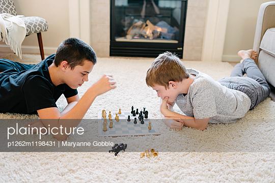 Jungen spielen Schach - p1262m1198431 von Maryanne Gobble
