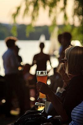 Menschen am Alsterufer in Hamburg - p1501m2071103 von Alexander Sommer