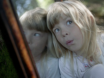 Mirror image of blond girl  - p945m1154599 by aurelia frey