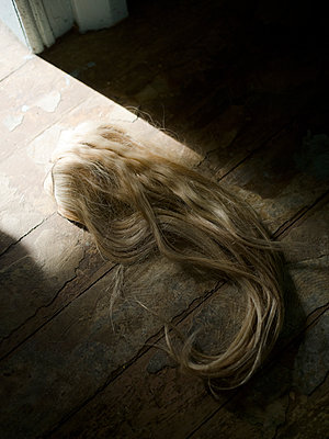 Hair piece on the floor - p945m1467747 by aurelia frey