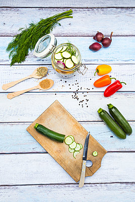 Glass of pickled courgette and bell pepper, preparation with different spices - p300m1157104 by Larissa Veronesi