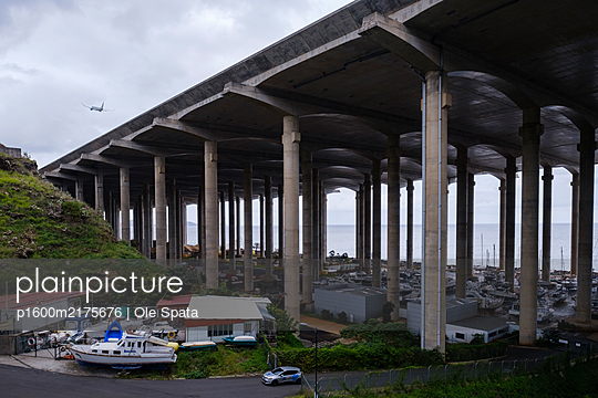 Portugal, Airport Madeira, Runway - p1600m2175676 by Ole Spata