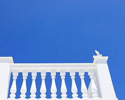Weißes Balkongeländer - p0452372 von Jasmin Sander
