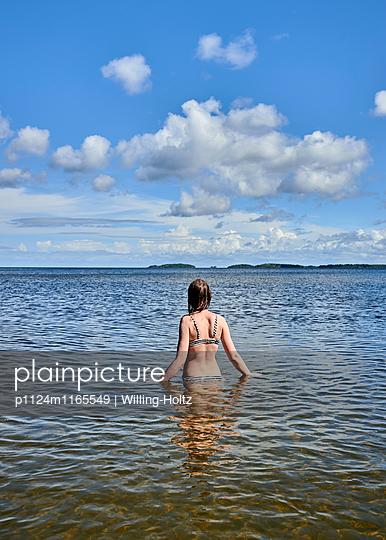 Frau badet im See - p1124m1165549 von Willing-Holtz