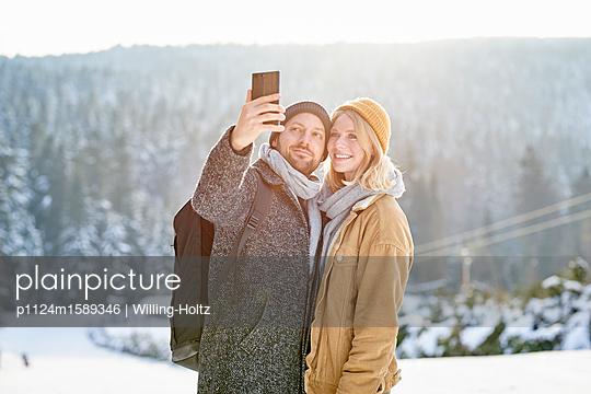 Junges Paar macht ein Selfie - p1124m1589346 von Willing-Holtz