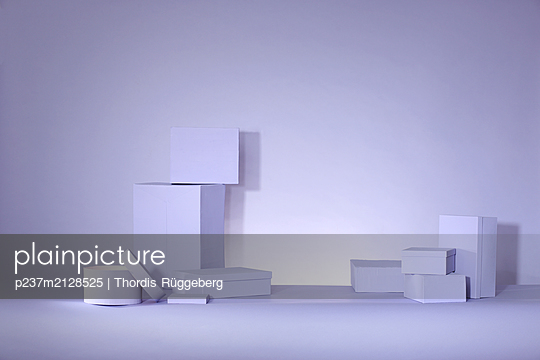 Lilac boxes on lilac background - p237m2128525 by Thordis Rüggeberg