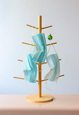 Pandemic Christmas tree  - p454m2222887 by Lubitz + Dorner
