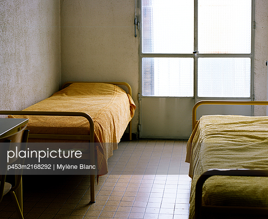 Room with two beds - p453m2168292 by Mylène Blanc