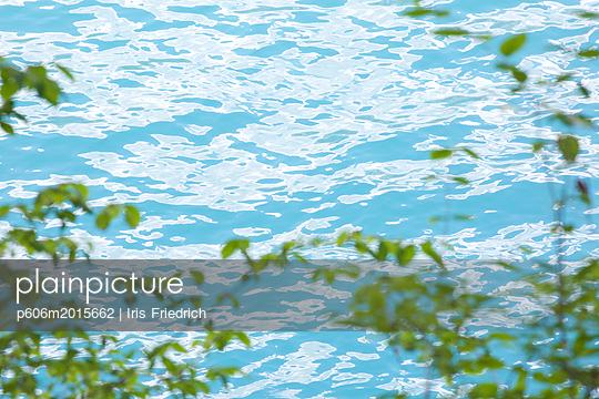 Wasseroberfläche - p606m2015662 von Iris Friedrich
