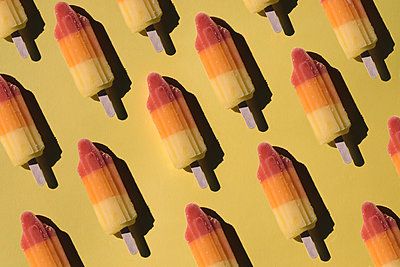 Arranged Sorbet Popsicle as background - p300m2144509 von Mosuno Media