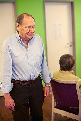 Age demented senior man in a nursing home - p300m2219197 by Heinz Linke