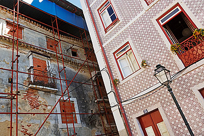 Portugal, Lisbon, Alfama, facades of a decaying and a refurbished residential house - p300m873424f by Ingo Bartussek