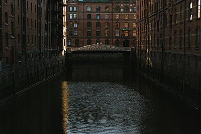 Warehouse district in Hamburg - p586m1110038 by Kniel Synnatzschke
