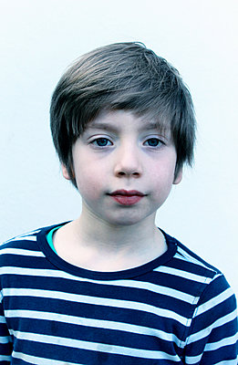 Young boy, portrait - p879m1503536 by nico