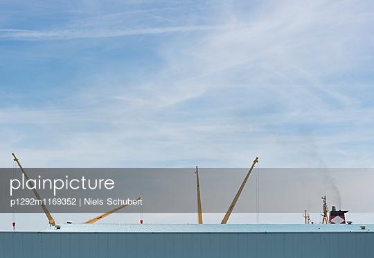 Schiffskräne im Hafen - p1292m1169352 von Niels Schubert