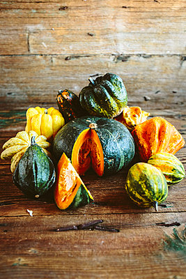 Sliced and whole pumpkins on wood - p300m1581254 von Giorgio Fochesato