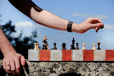 Schach auf einer Steinmauer - p335m2186203 von Andreas Körner