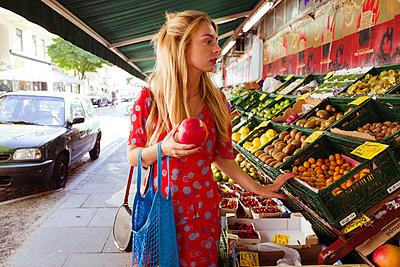 Junge Frau kauft Obst und Gemüse ein - p432m1586243 von mia takahara
