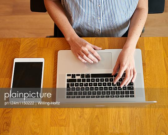 Frau mit Laptop und Tablet - p1124m1150222 von Willing-Holtz