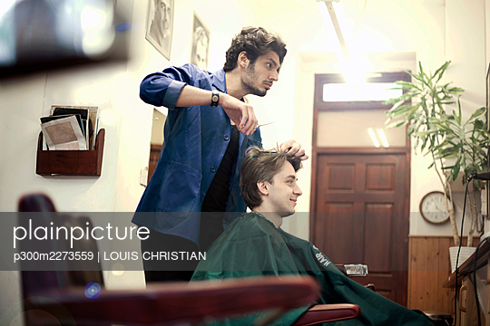 Barber cutting hair of male customer - p300m2273559 by LOUIS CHRISTIAN