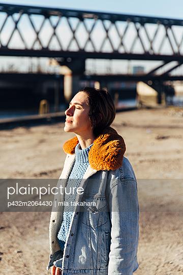 Frau genießt Sonnenlicht - p432m2064430 von mia takahara