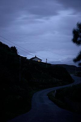 Beleuchtetes Haus an der Straße - p1124m1491387 von Willing-Holtz