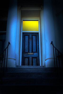 Beleuchtete Eingangstür bei Nacht - p1248m2200414 von miguel sobreira