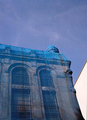 Verhülltes Gebäude - p171m1198677 von Rolau